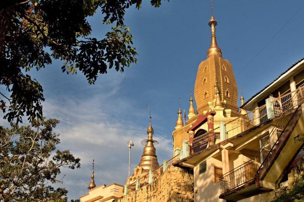 Đây là ngôi nhà của 37 nat, những vị thần bảo hộ cho người cơ cực ở Myanmar. Khi ghé thăm chốn linh thiêng này, bạn sẽ được nghe kể về những câu chuyện huyền thoại gắn liền với các nat như anh em nhà Mahagiri, người thợ rèn Maung Tint Dai, tình yêu giữa thần tốc độ Byatta và yêu tinh Me Wunna... Ảnh: Rostasedlacek.