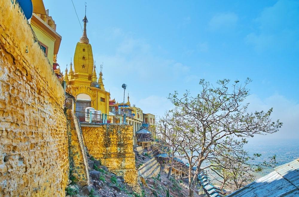 Tại đây, du khách như quên hết những âu lo muộn phiền, hòa mình vào không gian yên bình, thanh tịnh giữa mây trời, đắm chìm trước khung cảnh huyền ảo ít nơi nào ở Myanmar có được. Nhờ sự đa dạng và phong phú của đời sống thực vật, tu viện trên đỉnh núi còn là địa điểm cung cấp nhiều thảo dược quan trọng và quý hiếm. Ảnh: EFesenko.