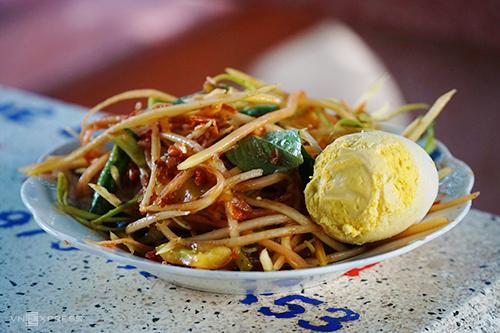 Đu đủ đâm là một đặc sản nổi tiếng của người Khmer ở huyện Tri Tôn. Ảnh: Di Vỹ.