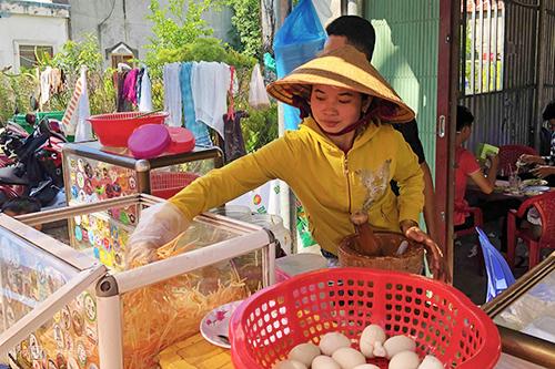 Món ăn thường được bán vào buổi chiều, phổ biến các chợ địa phương. Ảnh: Di Vỹ.