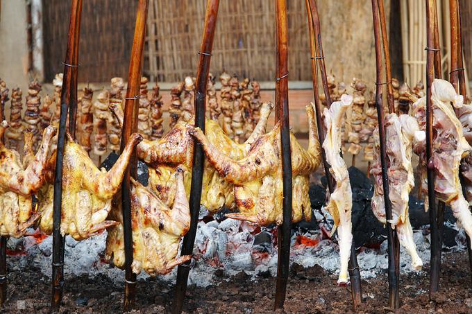 Đầu bếp phải trở gà thật đều tay để thịt chín tới, và liên tục thêm than để đảm bảo lửa vừa vặn.