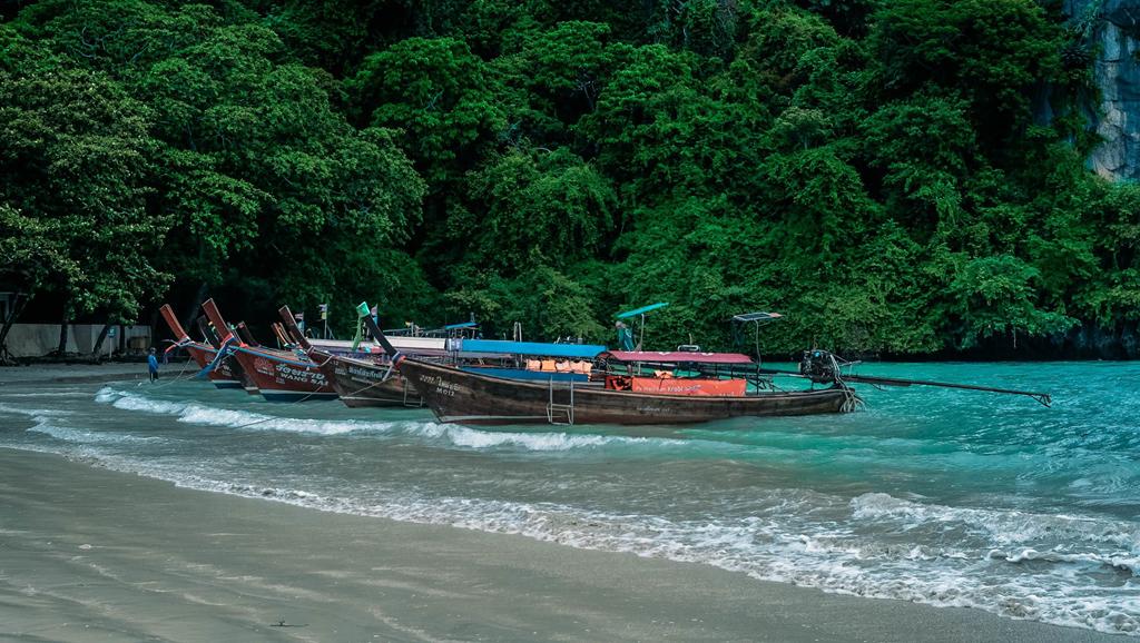 Krabi là tỉnh ven biển phía nam Thái Lan Được mệnh danh là thiên đường với những bãi biển xinh đẹp, nước trong xanh, cát trắng trải dài... Ngoài Krabi, phía nam Thái Lan còn nổi tiếng với Phuket, với Koh Samui. Các địa điểm này ở ở gần nhau, cách khoảng 2-3 giờ di chuyển bằng tàu, thuận tiện cho việc tham quan của du khách.