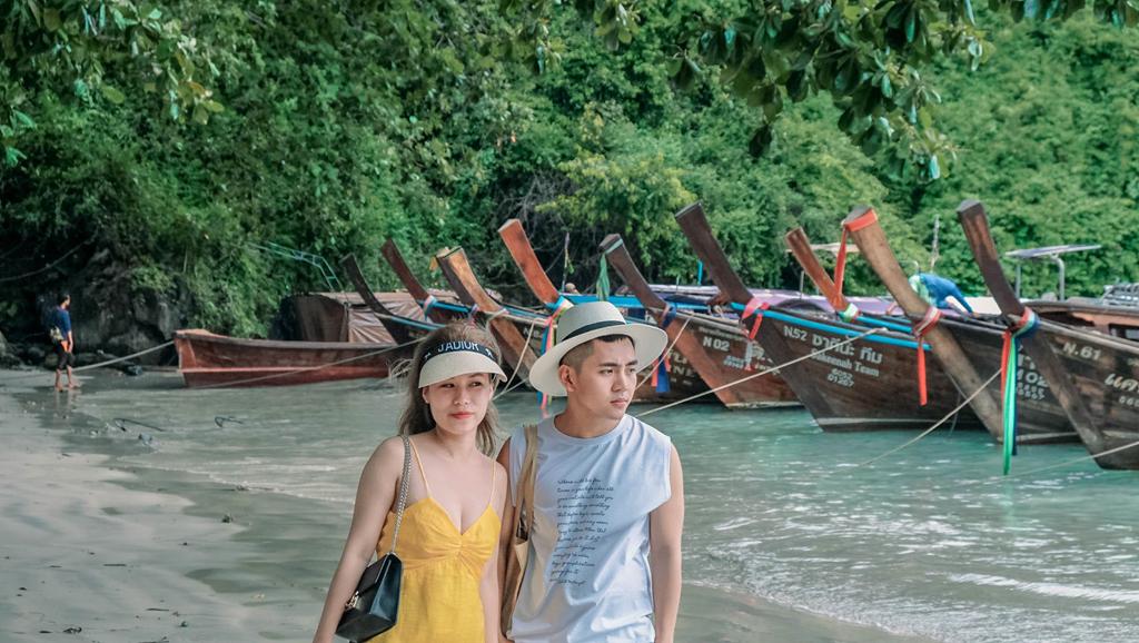"""Để chuyến đi """"nhàn hơi"""" hơn, bạn có thể chọn khám phá Krabi theo tour. Các tour được nhiều du khách lựa chọn thường đi đảo Koh Phi Phi và các đảo lân cận như Bamboo, Monkey Beach, Viking Cave, Pileh Lagoon hoặc tour đi đảo Hong. Giá tour dao động từ 1.000-1.200 bath/người kèm phí môi trường (tương đương 1-1,2 triệu đồng)."""