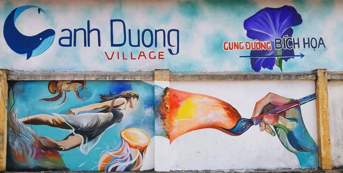 Làng Cảnh Dương nằm gần quốc lộ 1A thuộc huyện Quảng Trạch, tỉnh Quảng Bình. Nơi đây nổi tiếng với khoảng 50 bức bích họa màu sắc kéo dài từ đình thờ Tổ đến hết đường ven biển. Ảnh: QuangBinh Channel.