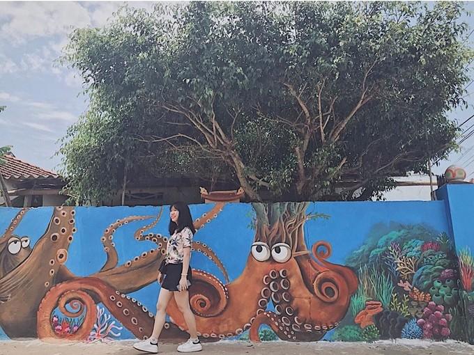 Với nhiều tiềm năng về tài nguyên thiên nhiên, Cảnh Dương đang hướng đến là điểm du lịch văn hóa cộng đồng. Dọc theo con đường bích họa có nhiều quán xá, du khách có thể dừng chân nghỉ ngơi, mua sắm quà lưu niệm với giá phải chăng, không lo bị nói thách.