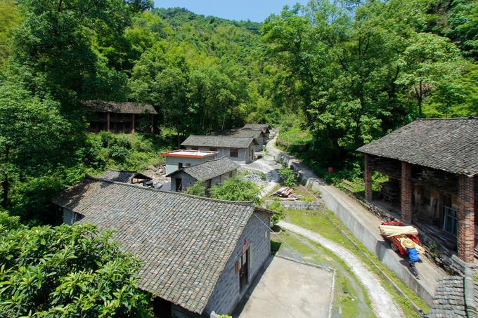 Làng Taolin ở tỉnh Hồ Nam, Trung Quốc là nơi lưu truyền nghề làm giấy thủ công từ cây tre đã hơn 1.300 năm. Một thời làng từng là trung tâm sản xuất giấy nổi tiếng ở miền trung và nam Trung Quốc trước khi bị cạnh tranh bởi những loại giấy sản xuất công nghiệp.