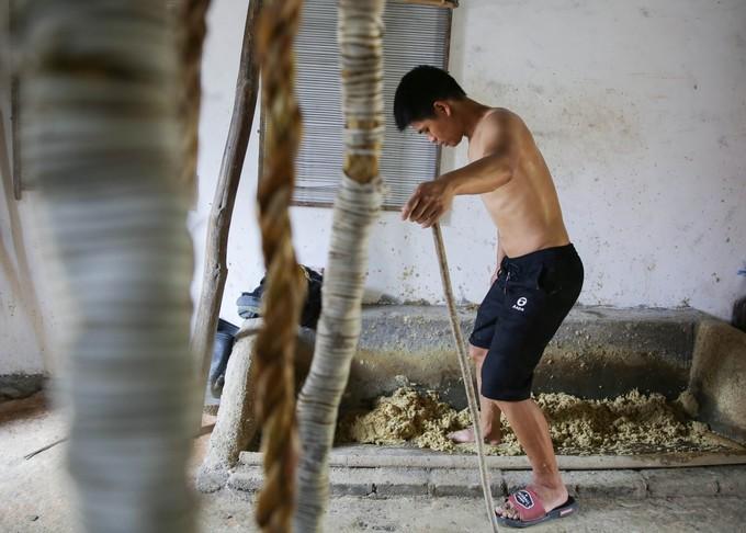 Khi đã ngâm đủ ngày, Li nghiền nát tre thành bột tại xưởng của gia đình. Những bó tre đem lên từ hố ngâm còn phải trải qua công đoạn rửa, luộc trước khi nghiền để chúng trở nên mềm hơn nữa.