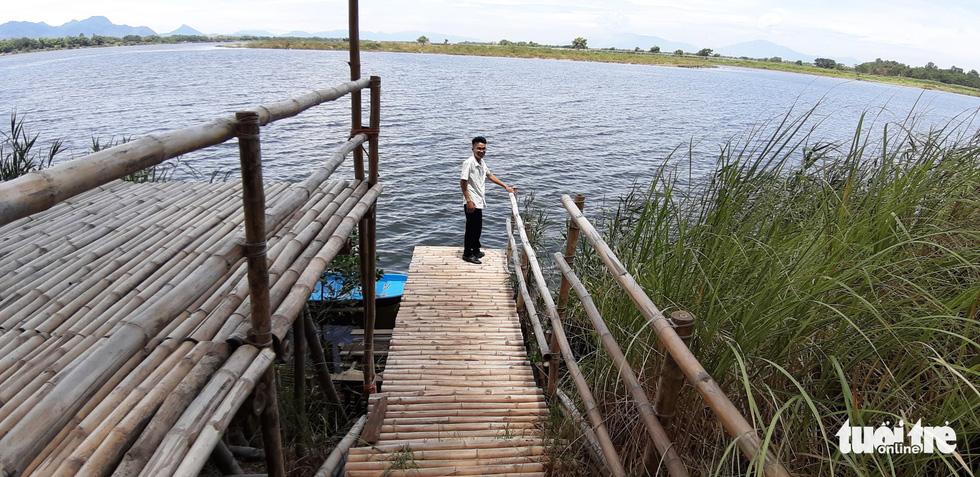Làm cầu tre ra ngoài sông để du khách ngắm cảnh - Ảnh: LÊ TRUNG