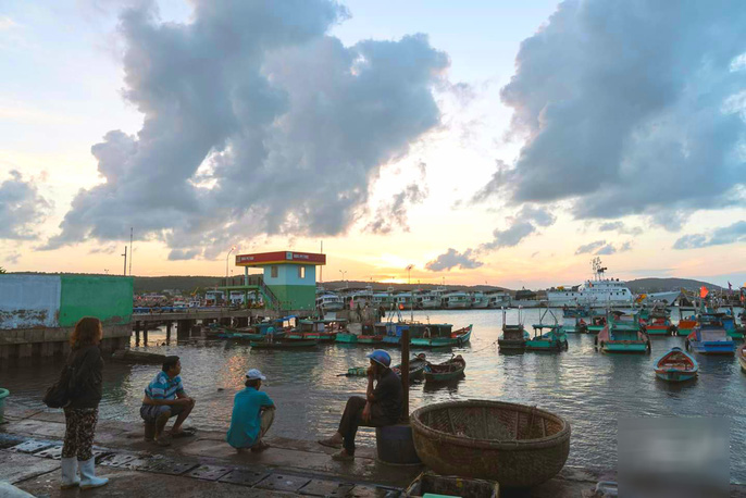 Từ mờ sáng đã có rất nhiều người thân cùng các bạn hàng ra đón thuyền đánh cá về