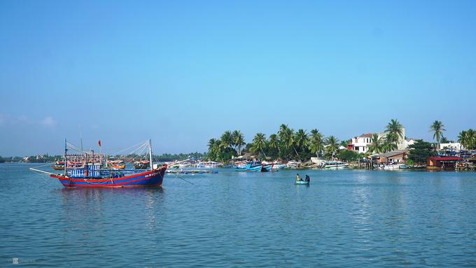 Khi thấy chuyến tàu đi từ bến ở cầu An Hội bắt đầu chậm lại, những mái nhà nép mình dưới rặng dừa xanh dần hiện ra trước mắt, bạn đã đến đảo Cù Lao Chàm. Đảo cách trung tâm thành phố Hội An chừng 18 km, có tổng diện tích khoảng 15,5 km2 với 3.000 dân sinh sống.