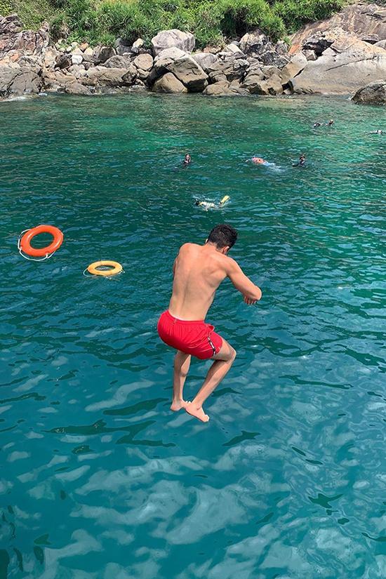 Lặn ngắm san hô là một trong những hoạt động được đông đảo du khách ưa thích. Người địa phương sẽ đưa bạn ra những điểm lặn xa bờ. Tại đây, khách sẽ được phát mặt nạ và ống thở. Người không biết bơi sẽ được phát thêm áo phao.