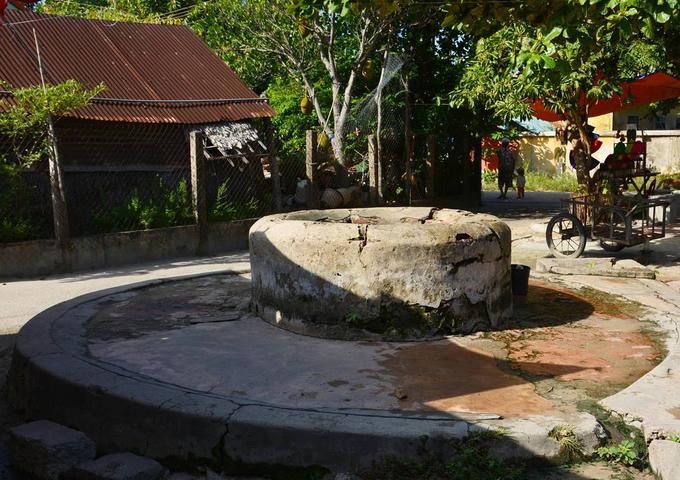 Cách chùa Hải Tạng không xa là giếng cổ Chăm (còn gọi là Giếng Xóm Cấm), đã được xếp hạng di tích quốc gia vào năm 2006. Đây là nguồn nước ngọt dồi dào cho cuộc sống trên đảo. Ảnh: Tuyết Nguyễn.