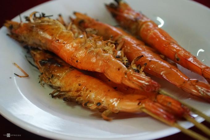 Tôm nướng là món phổ biến được khách chọn trong các bữa ăn.