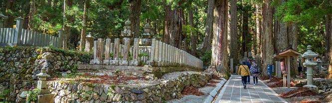 Một trong những điểm nổi bật của ngôi làng là Okunoin, nghĩa trang linh thiêng nhất Nhật Bản.