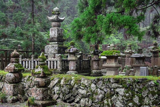 Đây là nơi an nghỉ của giới quý tộc và những nhân vật có ảnh hưởng lớn nhất Nhật Bản