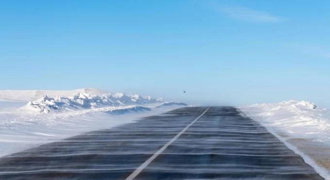 Rời thủ đô Ulaanbaatar đông đúc xe cộ, nơi có hơn 1,5 triệu dân Mông Cổ sinh sống, bạn sẽ có cảm giác đang trên đường tới một hành tinh khác. Ở ngoại ô thành phố lớn nhất quốc gia này, các tòa chung cư, nhà máy nhanh chóng lùi dần, nhường chỗ cho cảnh hoang mạc kéo dài tới tận chân trời.