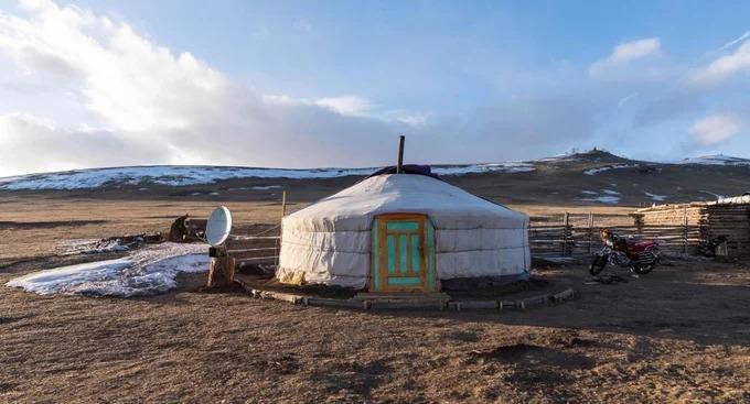 """Các gia đình tại đây sinh hoạt kiểu """"bán du mục"""", khi đưa đàn ngựa và gia súc đến ăn ở những đồng cỏ màu mỡ, vừa duy trì cuộc sống ở gần một ngôi làng để giúp đỡ nhau khi cần thiết. Vào mùa đông, họ chọn một nơi yên tĩnh trong thung lũng hoặc gần một ngọn đồi để dựng lều. Lối sống du mục của người Mông Cổ gắn liền với """"ger"""", ngôi nhà di động hình tròn, ấm áp bên trong nhờ bếp lửa đặt ở chính giữa. Ger phù hợp cho nhóm năm người sinh sống, có thể lắp ráp trong một giờ. Việc này giúp các gia đình di chuyển nhanh và thường xuyên theo nhu cầu kiếm ăn của đàn gia súc."""