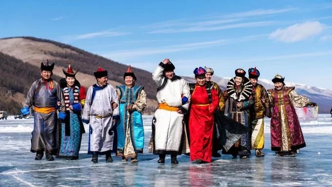 Dù phải đối mặt với nhiều khó khăn, người dân vẫn luôn tìm cách tôn vinh mùa đông và ăn mừng vì họ vẫn còn sống sót. Tháng 3, khi mùa xuân bắt đầu, người dân Mông Cổ từ khắp nơi kéo về hồ Khövsgöl để tổ chức lễ hội băng dài hai ngày. Đường tới khu vực này không hề dễ dàng bởi có ít đường vào, đa phần đều gập ghềnh và không có biển chỉ dẫn. Các gia đình mang theo một bình đựng tsai (hỗn hợp sữa, nước, trà đen hoặc trà xanh và muối), chiếc túi đựng khuushuur (bánh nhân thịt chiên nóng) rồi cùng nhau tụ họp trên mặt hồ đang đóng băng để ăn mừng kết thúc quãng thời gian khắc nghiệt nhất trong năm.