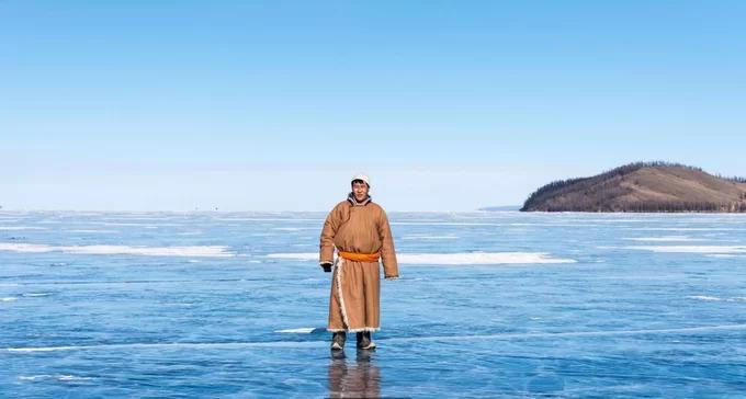 """Nằm ở phía bắc Mông Cổ, gần biên giới Nga, Khövsgöl là hồ nước ngọt lớn nhất quốc gia này, có diện tích khoảng 2.620 km2 và điểm sâu nhất đạt 244 m. Làn nước trong như pha lê nên hồ còn được mệnh danh là """"viên ngọc trai xanh của Mông Cổ"""". Ít nhất 6 tháng trong năm, mặt hồ trở thành một lớp băng dày vài mét, giúp con người và gia súc có thể đi lại bên trên. Trước khi bắt đầu cuộc sống trên băng, cư dân hồ Khövsgöl phải leo lên đỉnh đá thiêng để bày tỏ lòng tôn kính tới vị thần cai quản nơi này. Họ quan niệm, chỉ khi thần linh chấp nhận, mọi người mới có thể đi lại trên mặt băng an toàn."""
