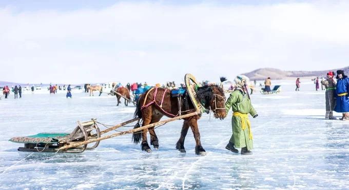 Những năm gần đây, lễ hội băng Khövsgöl dần thu hút được sự chú ý của du khách quốc tế. Vào ngày đầu tiên, xe ngựa kéo chạy khắp mặt hồ đóng băng, người dân và du khách thi tài trong các trò chơi truyền thống như bắn cung, kéo co. Ngày thứ hai dành cho các cuộc thi với quy mô lớn hơn như đua xe ngựa kéo và điêu khắc băng.