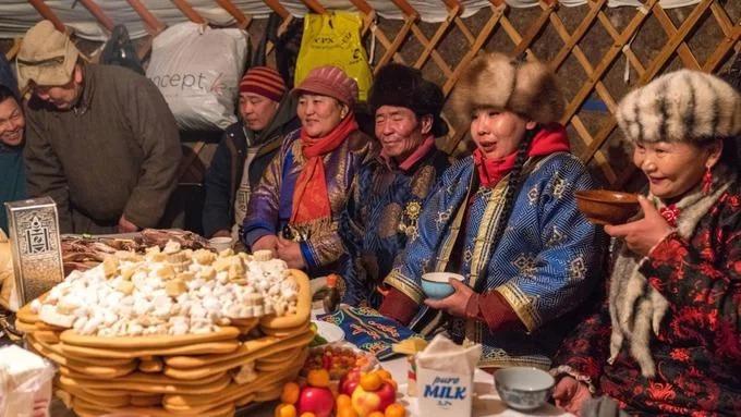 Người dân Mông Cổ và du khách từ các tỉnh thành, bộ lạc, dân tộc và tôn giáo khác nhau, đều ở trong các nhà lều ger dựng quanh hồ Khövsgöl, cùng tổ chức ăn mừng và bày tỏ lòng tôn kính tới mẹ thiên nhiên đã giúp họ tụ hội. Mặc cho những khó khăn gặp phải trong suốt mùa đông, tâm trạng của mọi người ở lễ hội vẫn ngập tràn niềm vui. Ban đêm, trước khi pháp sư triệu tập thành đám đông ở khu lửa trại chính, mọi người quây quần bên các bàn ăn bày nhiều đồ ăn vặt như aaruul (phomat khô) hay boortsog (bột chiên xù).