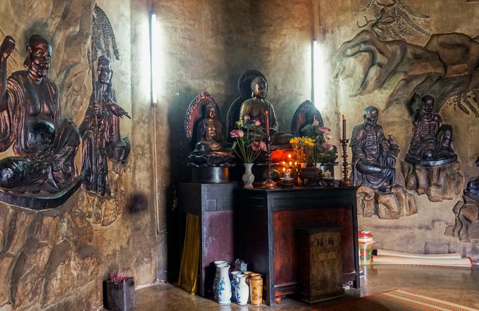 Không gian bên trong đài sen nhỏ, xung quanh điêu khắc nhiều tượng Phật. Công trình này được xây dựng sau năm 1975, khi bức tượng Kim Thân Phật tổ hoàn thành.