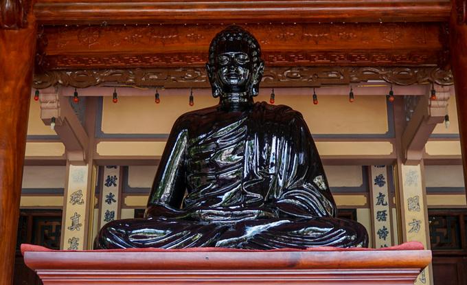 Ngôi chùa có tượng Phật giữ kỷ lục Việt Nam ở Nha Trang Bên trong chánh điện còn đặt một tượng Phật bằng đồng ngồi thuyết pháp, cao 1,6 m, nặng 700 kg.