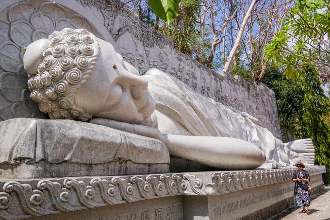 Bậc tam cấp thứ 44, chùa đặt tượng Phật Tổ nhập Niết Bàn dài 17 m, cao 5 m, xây dựng năm 2003. Đằng sau tượng là bức phù điêu mô tả cảnh 49 đệ tử túc trực niệm Phật.