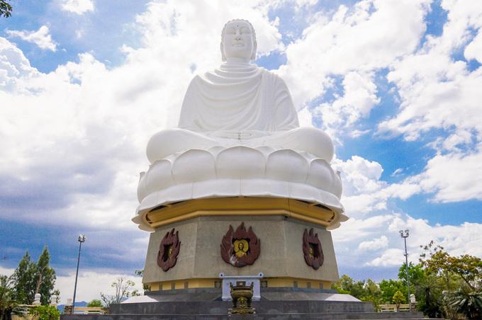 """Trên đỉnh đồi Trại Thủy, pho tượng Kim Thân Phật tổ (tức tượng Phật trắng) ngồi thuyết pháp, cao 24 m, xây năm 1963. Sách kỷ lục Guinness Việt Nam công nhận đây là """"tượng Phật ngoài trời lớn nhất Việt Nam"""".  Khi mới xây dựng, tượng Phật ở chùa vào top lớn nhất miền Trung. Khách đi đường sắt, đường bộ đều nhìn thấy tượng uy nghi trên đỉnh đồi."""