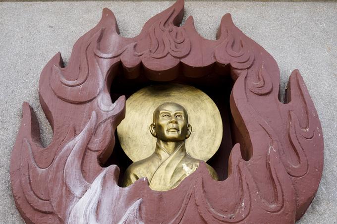Xung quanh đài sen đặt tượng Kim Thân Phật tổ tạc chân dung hòa thượng Thích Quảng Đức và 6 vị hòa thượng khác đã tự thiêu để phản đối sự đàn áp Phật giáo của Ngô Đình Diệm năm 1963.