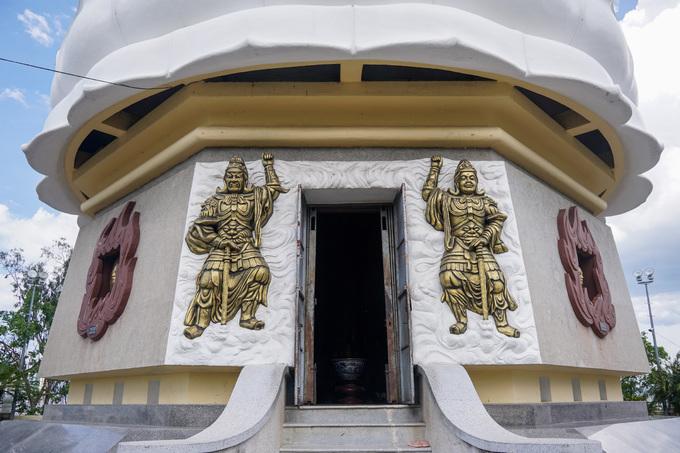 Sau lưng bức tượng Kim Thân Phật tổ có lối vào, hai bên cửa tạc tượng hai vị thần hộ pháp.