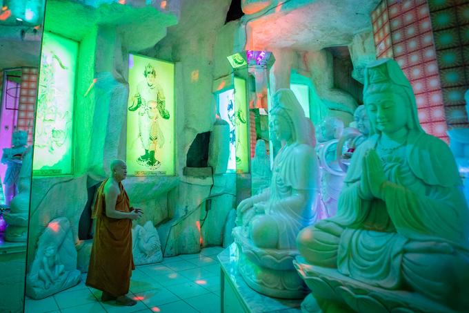 Nhà địa tâm linh của chùa đặt những bức tượng Phật Bồ Tát với hệ thống đèn màu sặc sỡ, tạo cảm giác huyền bí.