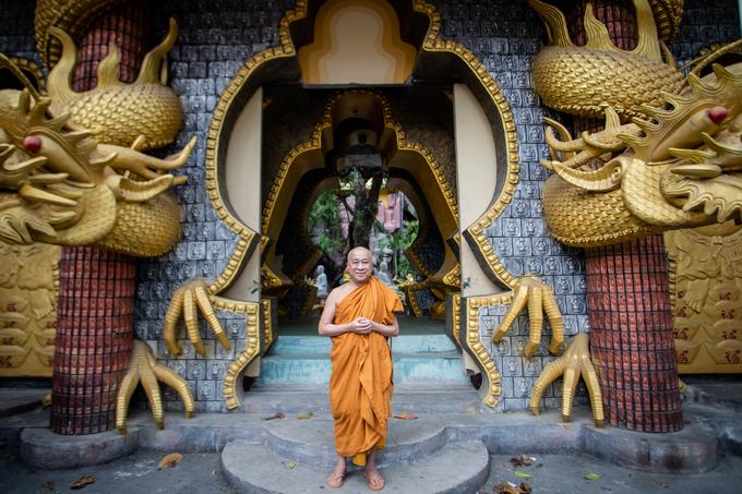 """Sư thầy Thích Thiện Chiếu cho biết, kiến trúc chùa là sự kết hợp hài hoà giữa giáo lý nhà Phật với lịch sử văn hoá dân tộc Việt Nam.  Lối vào cổng chùa không có cửa, thay vào đó là là hai hình tượng Phật đứng và ngồi. """"Chùa không có mái để nhìn ra 'chín phương trời, mười phương Phật', không cửa để đón chào tất cả chúng sinh, không tường, cột để con người không bị ngăn cách và giới hạn. Đã là cửa Phật thì mọi thứ cần giải thoát, nhẹ nhàng"""", vị sư tiếp quản chùa từ năm 1975 lý giải."""