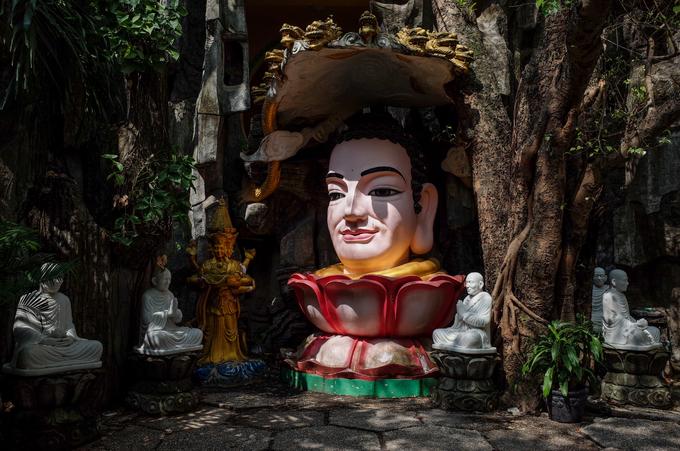 Khuôn viên chùa có những những bức tượng Phật đặt bên hang đá, cây bồ đề.. tạo cảnh quan nguyên sơ, thanh tịnh.