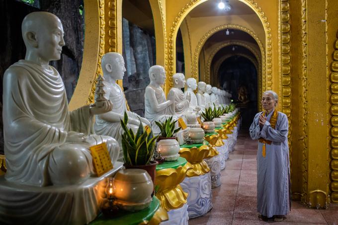 """""""Hàng tuần, tôi đều đến đây để tụng kinh và vãn cảnh. Tôi thấy cảnh chùa rất đẹp, cảm giác rất thư thái, thoải mái giống như ở nhà"""", bà Lã Thị Xuân Lý (82 tuổi, ngụ quận Gò Vấp), chia sẻ."""