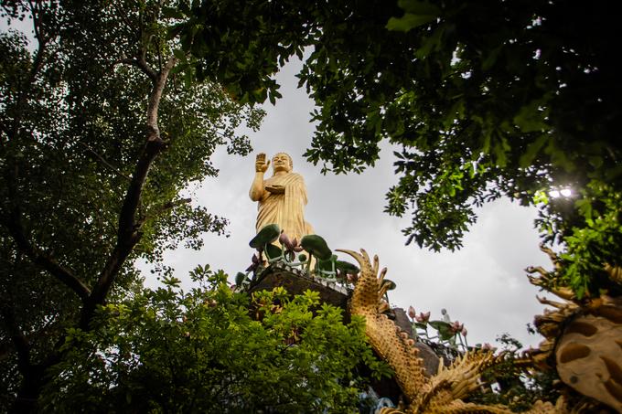"""Tượng Phật mạ vàng cao hơn 3m, ngự trên đài sen đặt trên cổng chùa. Công trình có tên gọi """"Thiên tâm linh"""" là nơi kết nối giữa trời và đất."""