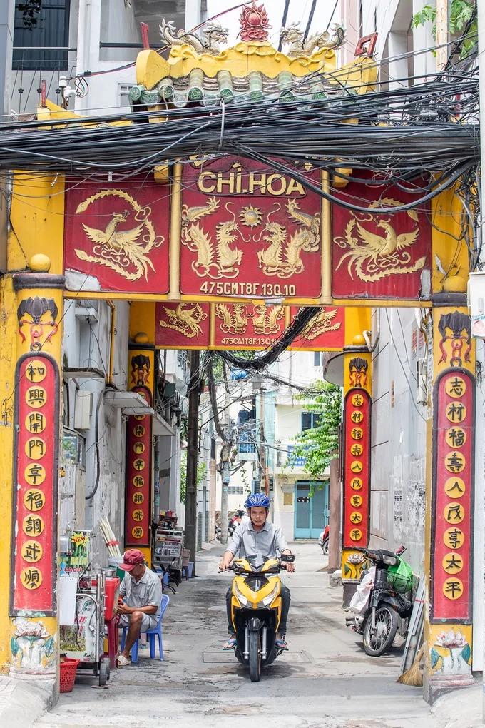 Tọa lạc trong con hẻm 475 đường Cách Mạng Tháng Tám (quận 10), cổng đình Chí Hoà nổi bật những họa tiết rồng bay, phượng múa, câu đối sơn son thếp vàng. Đây là ngôi đình thuộc hàng cổ nhất tại TP HCM, được Bộ Văn hóa cấp bằng công nhận là Di tích lịch sử văn hóa cấp Quốc gia năm 1996.