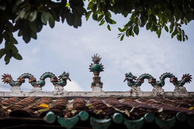 Kiến trúc đình mang đậm nét truyền thống: không lấy chiều cao làm trọng, toàn bộ mái được lợp ngói âm dương, đầu đao đính đuôi rồng, đặc biệt trên nóc có tượng lưỡng long tranh châu bằng gốm xanh quý hiếm.