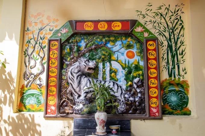 Bức phù điêu gốm Thần Hổ được thờ tự tôn nghiêm trong khuôn viên đình.