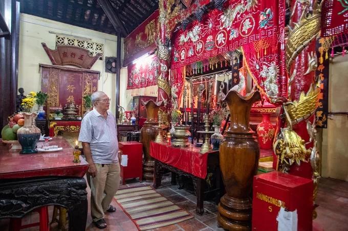 Chính điện đình gồm nhiều gian thờ tự, nổi bật là bàn thờ Thần hoàng Bổn cảnh với những cổ vật quý như cặp hạc, chiêng trống, áo mão, cân đai, long xa, võng điều và bộ tàn lọng.