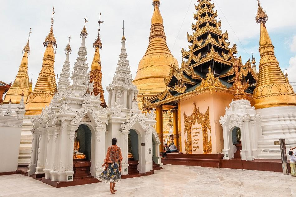 Chùa Shwedagon: Là một trong những ngôi chùa nổi tiếng nhất Đông Nam Á, Shwedagon gây ấn tượng bởi chiều cao 99 m, nằm trên đồi Singuttara. Chùa Shwedagon được coi là ngôi chùa Phật giáo linh thiêng nhất ở Myanmar, sở hữu các di tích của 4 vị Phật trước đây. Bảo tháp chính của ngôi chùa được mạ vàng, trên đỉnh trang trí 5.448 viên kim cương và 2.317 viên hồng ngọc. Một viên kim cương 76 karat (15 gram) được gắn trên cùng của bảo tháp.