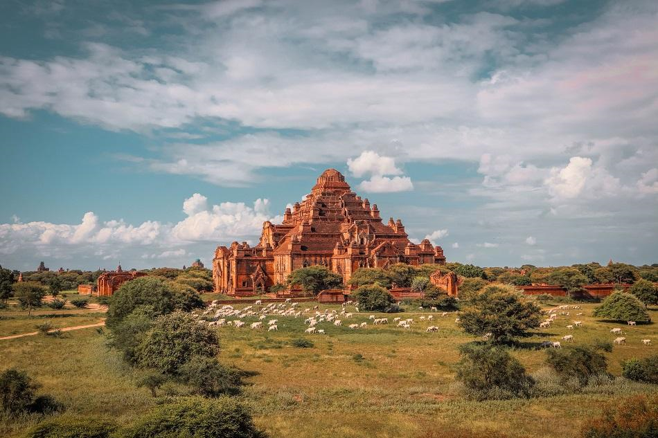 Dhammayangyi: Nằm giữa quần thể Bagan cổ nổi tiếng, ngôi đền Dhammayangyi được làm từ gạch nung có hình dáng như kim tự tháp khổng lồ. Người dân nơi đây nói rằng ở Bagan, muốn thấy sự duyên dáng hãy đến đền Ananda, muốn thấy sự cao cả đến đền Thatbyinniu, còn nếu muốn thấy sự hoành tráng thì ghé đền Dhammayangyi. Ngôi đền nổi bật với những tượng Phật dát vàng hoặc sơn màu ở các cửa chính và trên bờ tường của hành lang.