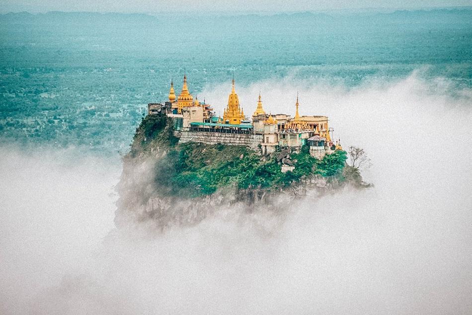 Taung Kalat: Nằm trên ngọn núi lửa cao, cách mực nước biển hơn 730 m, phía tây nam núi Popa, tu viện Phật giáo trên đỉnh Taung Kalat là một trong những địa điểm linh thiêng ấn tượng nhất Myanmar. Sau khi leo đủ 777 bậc thang, ngắm nhìn đàn khỉ trên đường đi, bạn sẽ tới được tu viện và chiêm ngưỡng toàn cảnh thành cổ Bagan ngoạn mục từ trên cao. Tu viện trên núi này đẹp như tranh vẽ với những đỉnh tháp dát vàng nằm lơ lững giữa trời mây.
