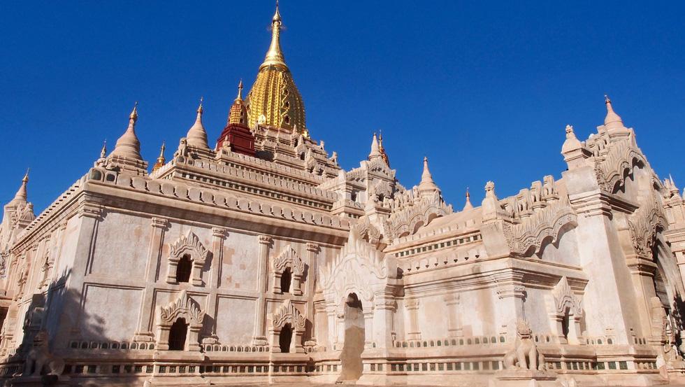 Đền Ananda Phaya với ngọn tháp chính được mạ vàng có thể được nhìn thấy từ cách đó rất xa