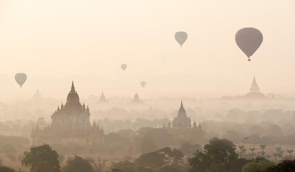 Khinh khí cầu bay lên trong màn sương bảng lảng tạo nên một bức tranh hoàn hảo