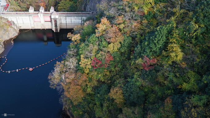 Từ trên cầu du khách có thể quan sát toàn cảnh dãy núi Suifu và đập thuỷ điện Suifu.