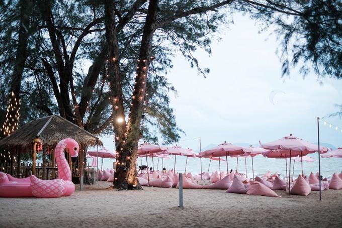 """Tutu beach cafe and bar nằm ngay bên bờ biển Pattaya là điểm check-in mới của các cô nàng ưa mơ mộng khi đến """"thiên đường du lịch"""" ở Thái Lan. Đặc trưng của quán là mọi thứ đều được decor theo tông hồng pastel."""