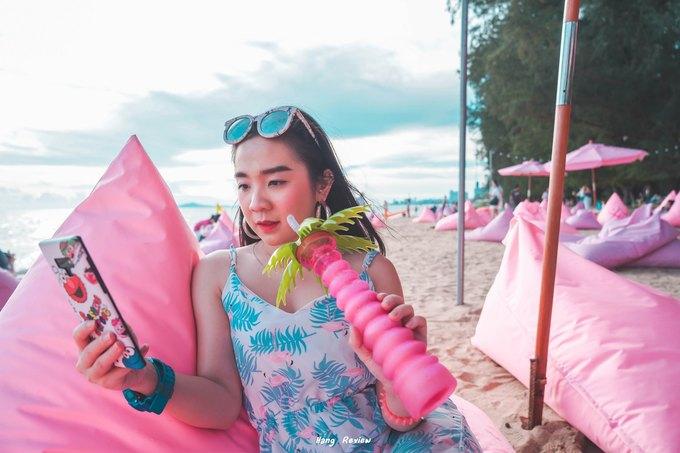 Background hồng trở thành điểm chụp ảnh lý tưởng dành cho phái nữ. Bạn có thể chụp cả trăm kiểu ảnh với nhiều góc độ khác nhau mà không biết chán. Đây cũng là một trong những nơi để bạn vừa chill, vừa chiêm ngưỡng cảnh hoàng hôn trên biển Pattaya hay xem lướt sóng, dù lượn...