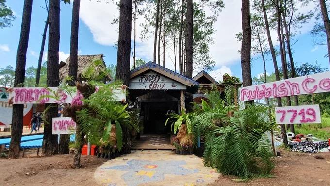 Rubbish Coffee nằm ở vùng ngoại ô, thuộc tỉnh Kandal, Campuchia. Địa chỉ này đón khách từ đầu tháng 7 nhưng gây chú ý bởi mô hình kinh doanh độc đáo.