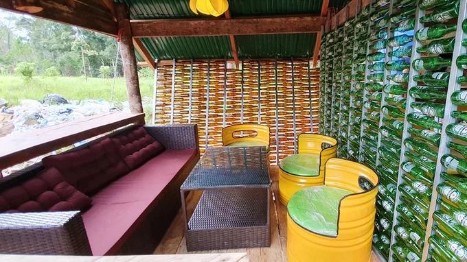 Chỗ ngồi bên ngoài cho du khách tầm nhìn ra rừng thông.